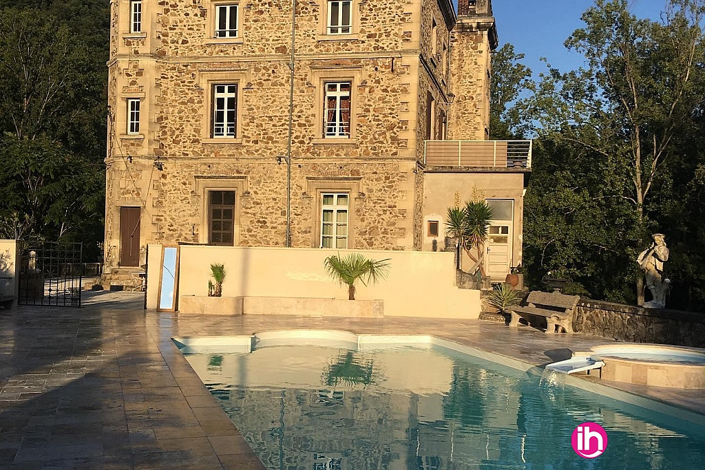 L'espace piscine à côté du château
