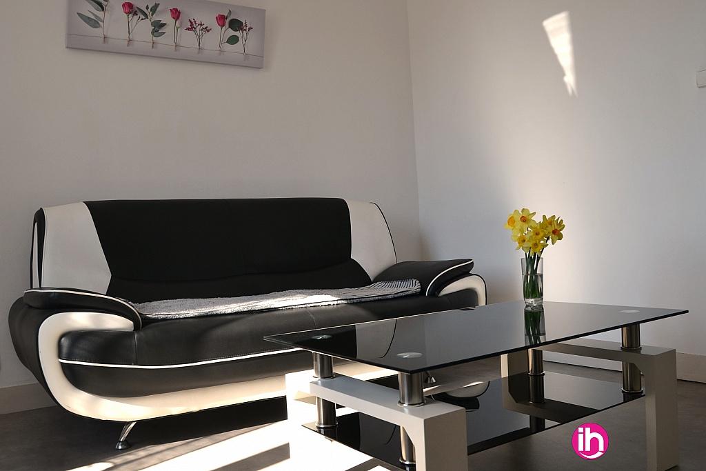 Salon confortable et lumineux
