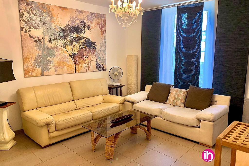 Salon avec un canapé lit et canapé simple
