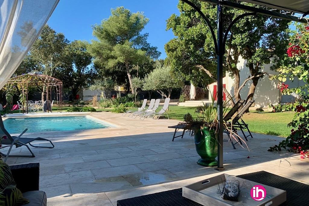 vue sur terrasse-piscine depuis salon jardin