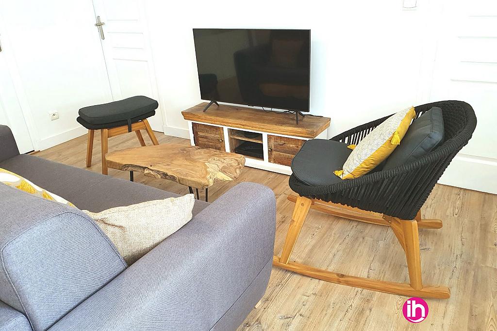 Coin salon avec TV par câble et NETFLIX