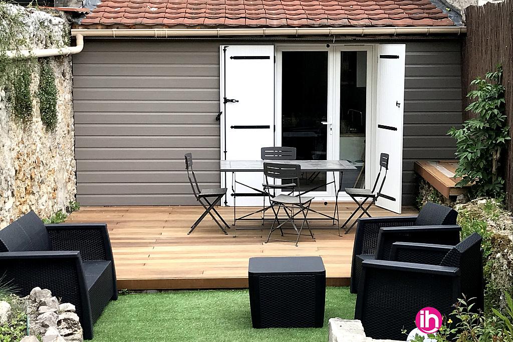 Salon de jardin et table extérieure sur terrasse bois 20m2, orienté plein Sud