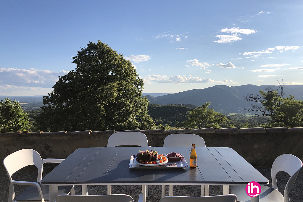 Terrasse vue panoramique sur la vallée
