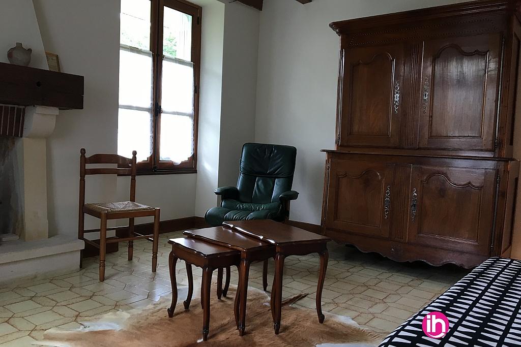 Salon avec cheminée d'ornement et meuble avec divers jeux