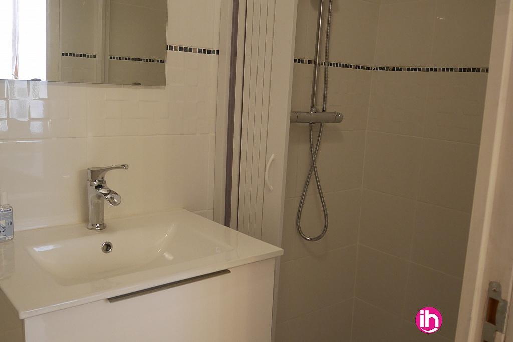 salle d'eau avec douche meuble vasque