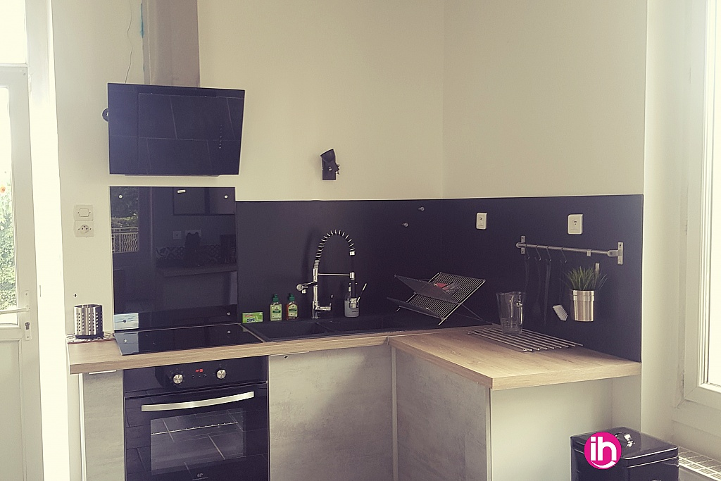 Cuisine avec four, hotte, plaque de cuisson, double bac, frigo, micro onde, cafetieres.