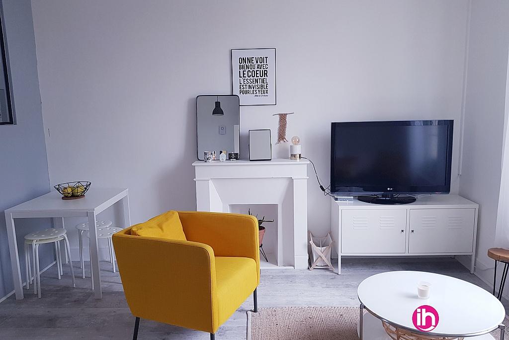Salon ouvert avec télévision, wifi, table à rallonge pour manger.