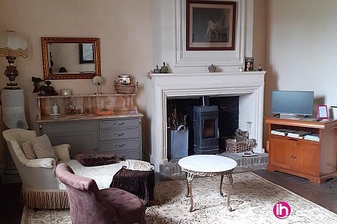 Location de meublé : Dans maison de charme chambre avec cuisine et salon