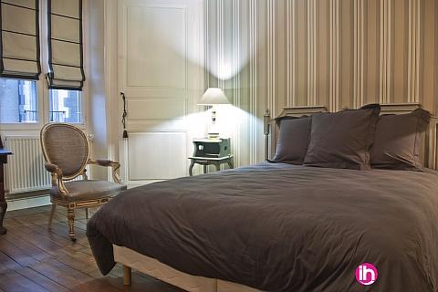 """Location pour salarié en déplacement de meublé : CIVAUX LUSSAC LES CHATEAUX POITIERS Chambre rayée """"grise et beige"""" dans demeure de charme"""