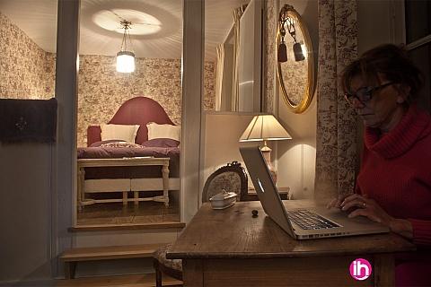 """Location de meublé : CIVAUX LUSSAC LES CHATEAUX POITIERS Chambre """"violette"""" dans demeure de charme"""