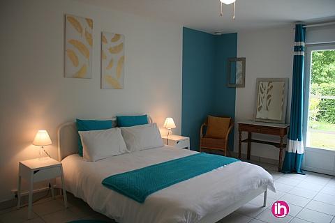 Location de meublé : CHINON, belle chambre avec toilettes, SDB & terrasse privatives
