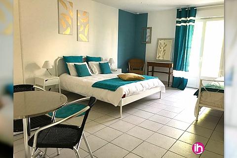 Location pour salarié en déplacement de meublé : CHINON, belle chambre avec toilettes, SDB & terrasse privatives