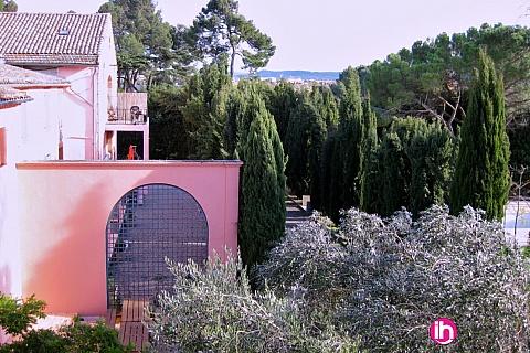 Location pour salarié en déplacement de meublé : CARCASSONNE Près de la rocade de Carcassonne un grand domaine avec piscine, parc et des grands gites avec 3-4-5 chambres et 2 salles de bain.